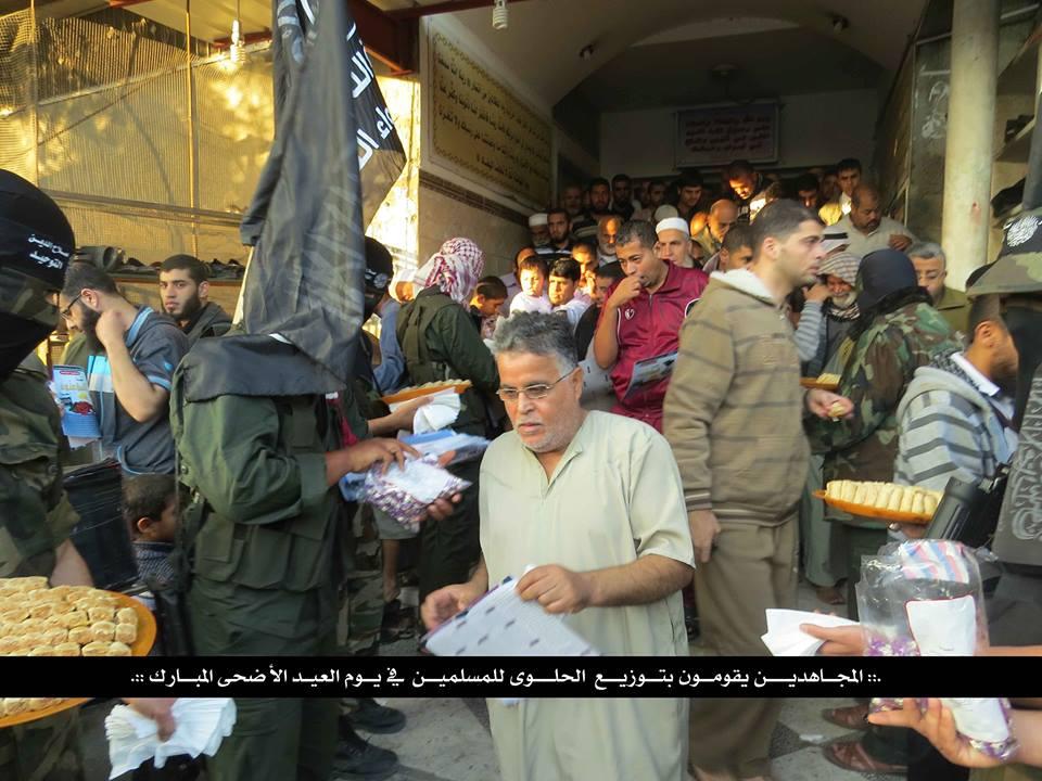 مجاهدي لواء التوحيد يشاركون الاهالي 742368477.jpg