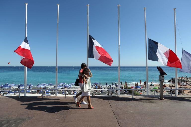 Drapeaux en berne à Nice, le 16 juillet.
