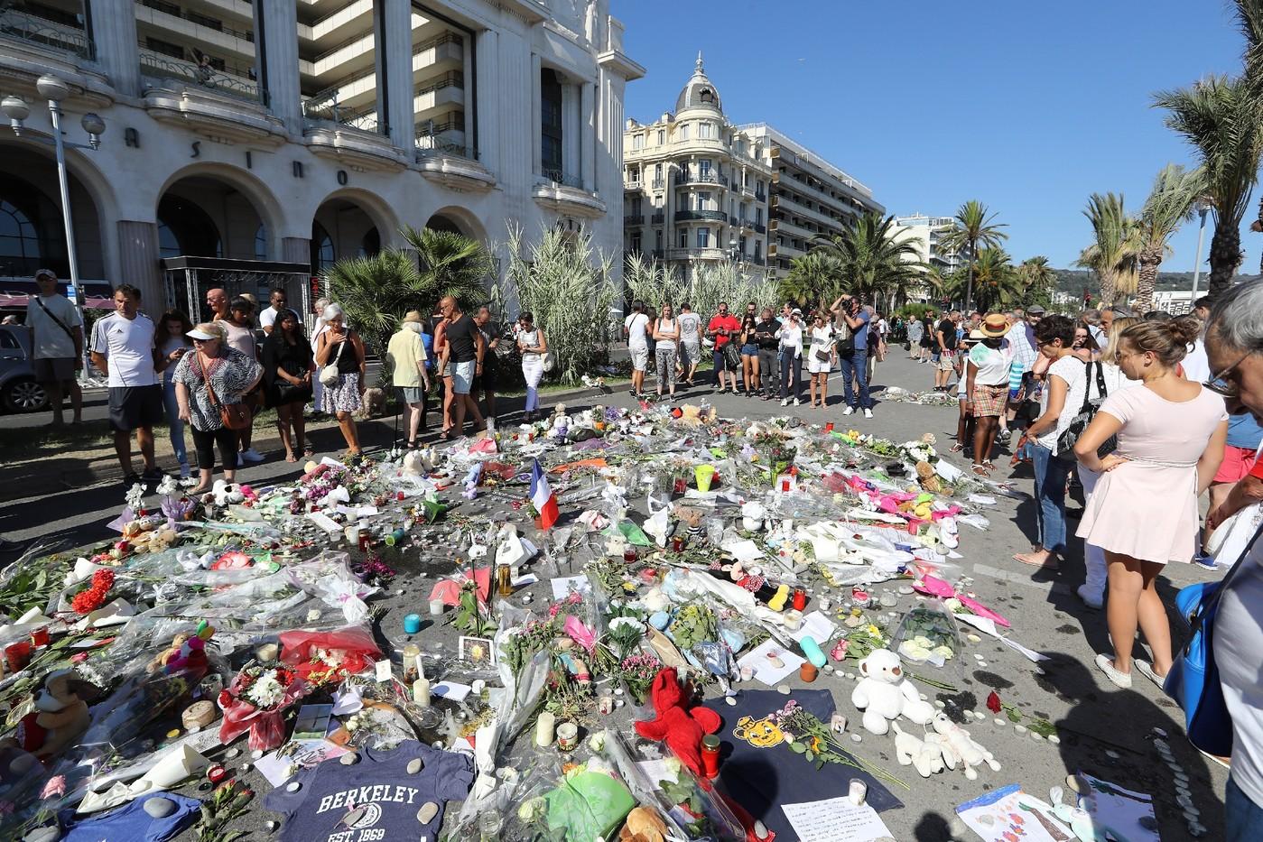 Des gens rassemblés devant le mémorial pour les victimes de l'attentat de Nice, le 17 juillet 2016  / AFP