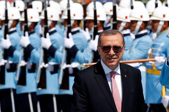 """La Turquie de Recep Tayyip Erdogan, ici lors d'une cérémonie à Ankara, en août 2016, et la Hongrie de Viktor Orban, ou l'avènement des """"démocratures"""" - ces """"dictatures maquillées en démocraties""""."""