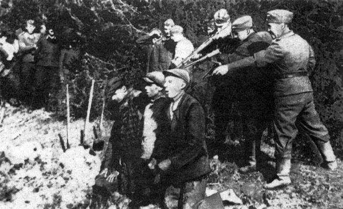 http://artyushenkooleg.ru/wp-oleg/wp-content/uploads/2016/05/Natsisty-rasstrelivayut-mirnyh-zhitelej-v-Kaunase.-1942g.jpg