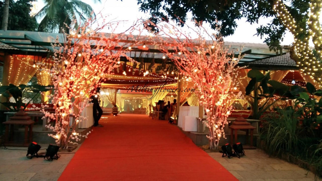 Beautiful wedding entrance decor ideas to check out thearticlebuzz wedding entrance decorations at balan farm convention centre bangalore junglespirit Choice Image