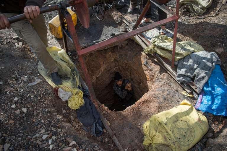 Chaque jour à Jerada, des centaines de personnes           descendent dansdes puits clandestins creusés à la main pour           ramener du charbon, qu'ils vendent à 9 euros les 90 kgs.