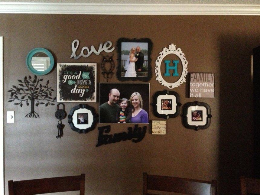 Hasil gambar untuk foto keluarga di dinding