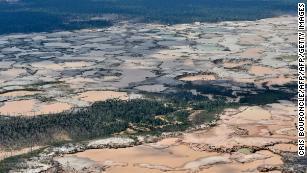 Une région amazonienne chimiquement déboisée causée par une exploitation minière illégale dans le sud-est du Pérou, février 2019.