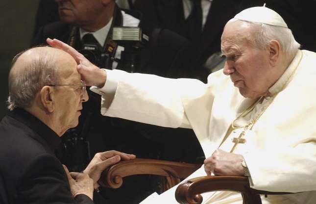 Bild 16 av 21: I Mexiko bestraffades pastor Marcial Maciel Degollado (på bild får han en välsignelse av påve John Paul II), grundare av ordern Legion of Christ, av Vatikanen 2006 för att han begått sexuella övergrepp mot många pojkar och unga män i över tre årtionden. Fastän ordern insisterade på att Maciels fall var ett isolerat fall, har det inkommit anklagelser om barnövergrepp mot flera präster inom ordern.