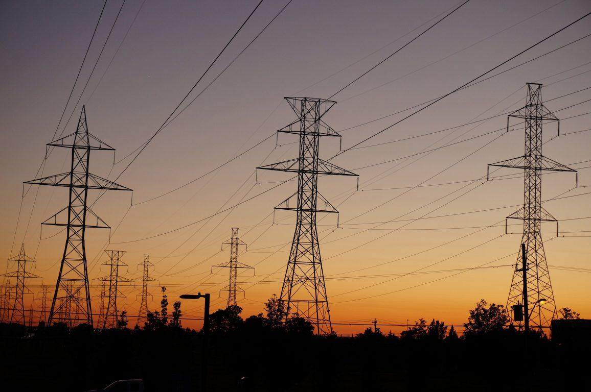 Lignes électriques au coucher de soleil