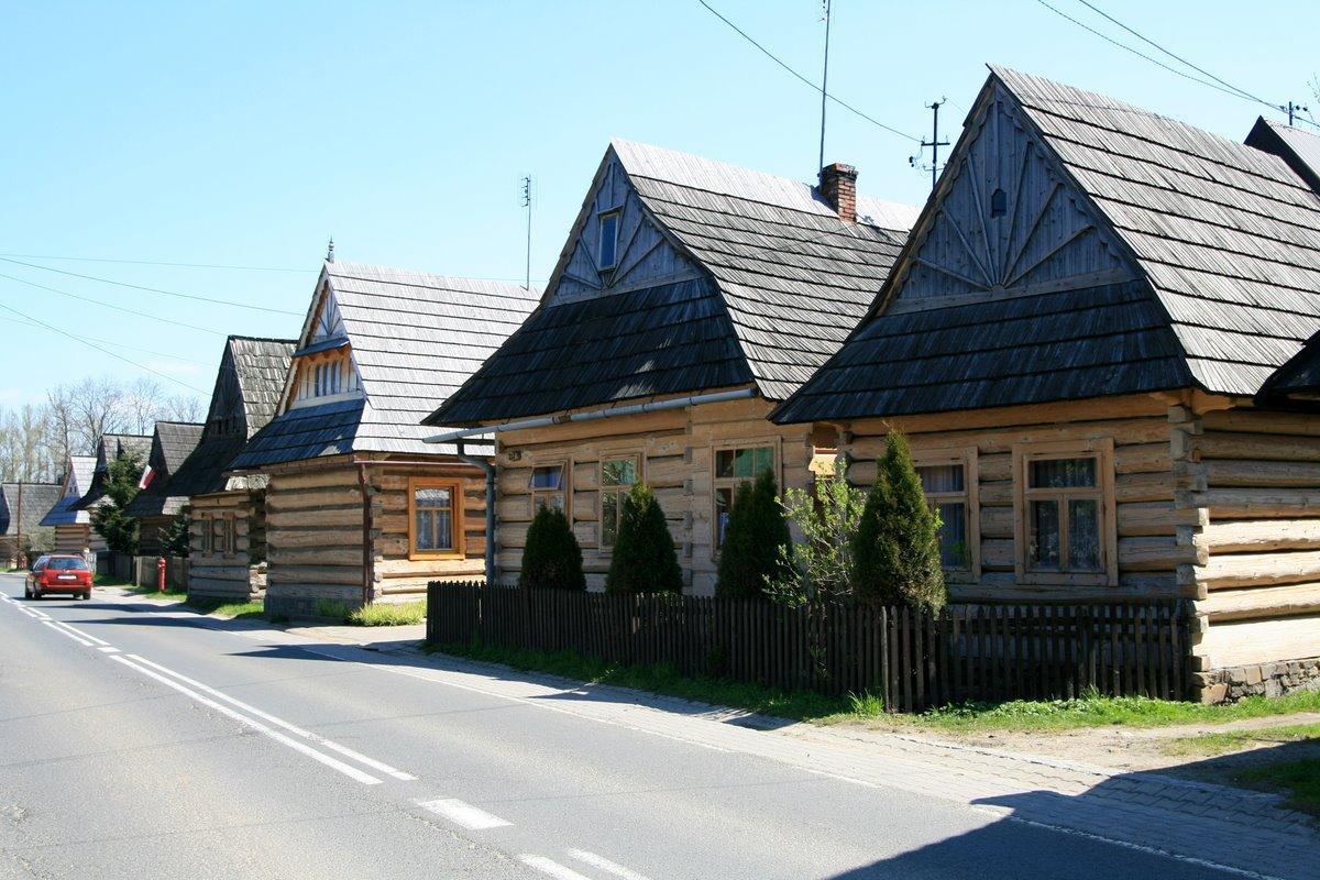 Chochołowskie chaty zawdzięczają biel elewacji dzięki corocznym porządkom przed Wielkanocną, foto: gdziebylec.pl