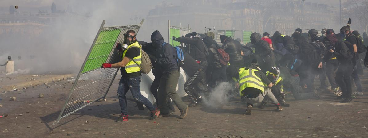 """Des manifestants des \""""gilets jaunes\"""" lors des affrontements avec la police à Paris, le 16 mars 2019."""