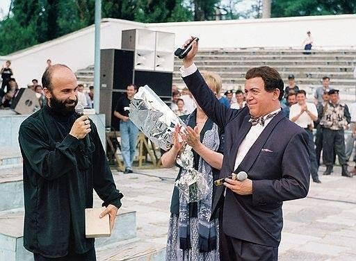 Басаев дарит пистолет Кобзону