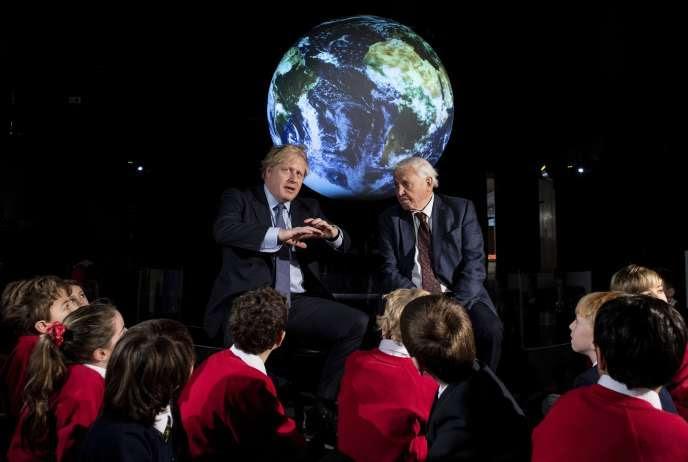 Boris Johnson et le naturaliste David Attenborough               échangent avec des écoliers au Musée des sciences               deLondres, le 4 février.