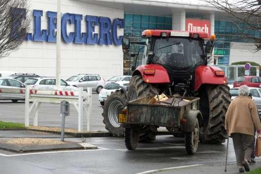 Un tracteur bloque l'accès au supermarché Leclerc de Vannes, dans le Morbihan, en février 2016, lors d'une manifestation pour défendre le revenu des agriculteurs.