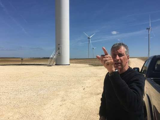 Le maire de Luçay-le-Libre (Indre), Luc Pion, au pied du parc éolien de la commune voisine de Massay (Cher).