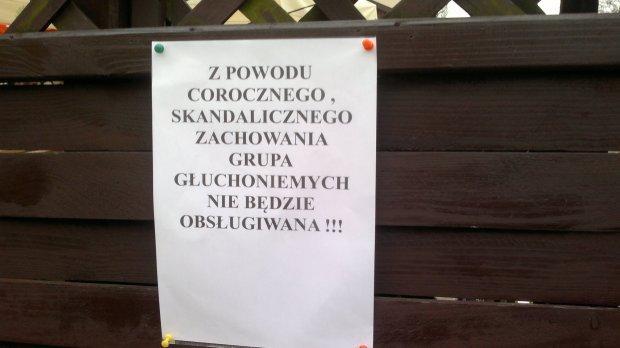 z16676879Q,Napis_na_drzwiach_lokalu_przy