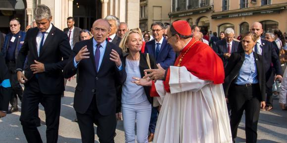Avec Laurent Wauquiez,Gérard Collomb et sa femme Caroline,sur le parvis de la basilique Notre-Dame de Fourvière le 8 septembre 2017 à Lyon. (Robert DEYRAIL/GAMMA-RAPHO)