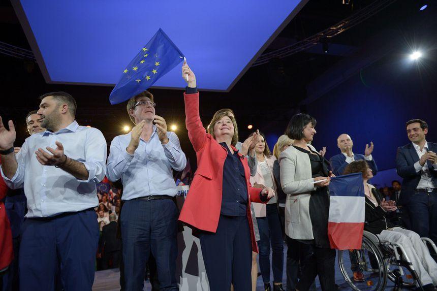 Nathalie Loiseau (au centre) avec Pascal Canfin (deuxième à gauche) lors du meeting de lancement de campagne à Aubervilliers.