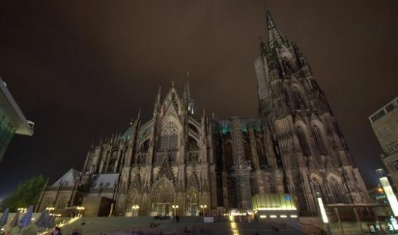 Imigranci obrzucili katedrę w Kolonii petardami. Chcieli zakłócić Mszę
