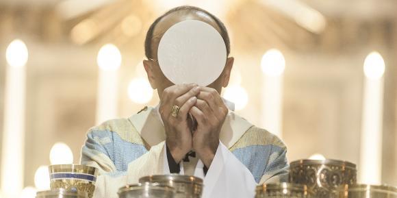 Son Excellence le cardinal Barbarin lors d'une cérémonie religieuse dans la basilique de Notre-Dame de Fourvière, le 15 aout 2012, à Lyon.