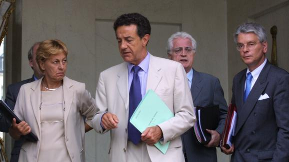 Yves Cochet, alors ministre de l\'Environnement, quitte l\'Elysée le 23 août 2001, entouré du Premier ministre de l\'époque Lionel Jospin.