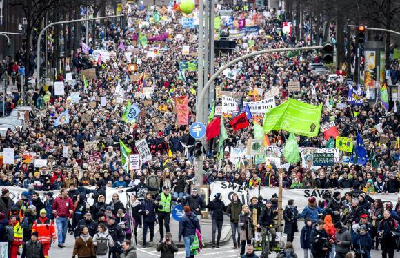 Une marche du mouvement Fridays for Future en faveur du climat, le 21 février à Hambourg. (AXEL HEIMKEN/DPA/PICTURE ALLIANCE VIA AFP)
