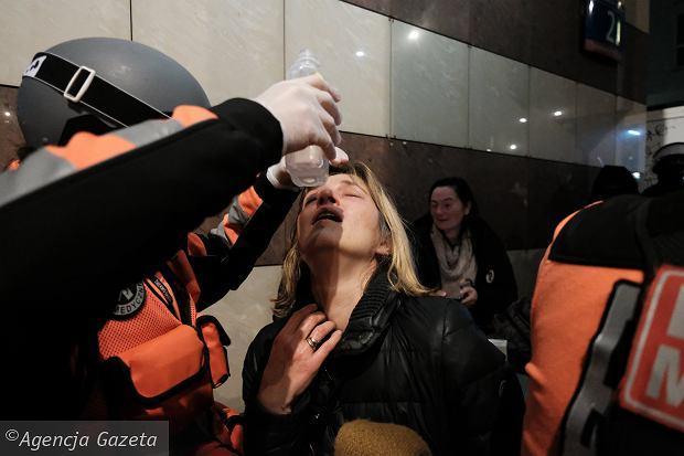 18.11.2020, Warszawa, posłanka Magdalena Biejat potraktowana przez policję gazem podczas manifestacji przeciw zaostrzeniu prawa antyaborcyjnego.