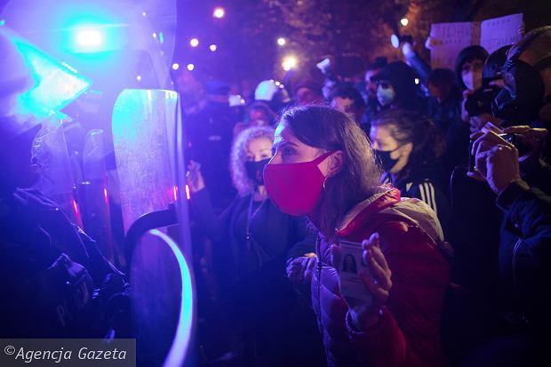 23.10.2020, Warszawa, al. Ujazdowskie, posłanka Agnieszka Dziemianowicz-Bąk interweniuje po zatrzymaniu mężczyzny przez policję w czasie marszu spod domu Jarosława Kaczyńskiego.