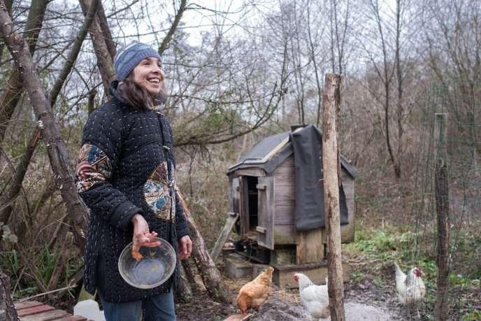 Amélie Bourquard dans son poulailler, en janvier 2019.           Originaire de Reims, elle et sa famille ont décidé de changer           radicalement de vie et de construire une maison au plus près           de la nature, à Saint-Sève (Gironde).