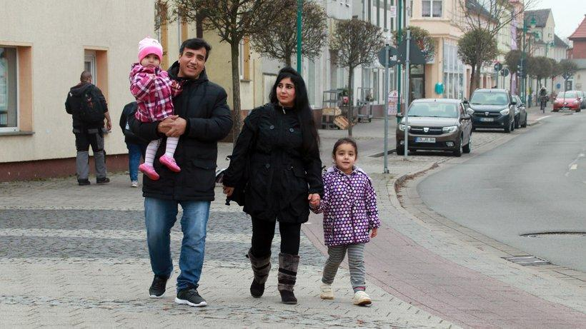 Flüchtlinge: Eine Familie aus Afhganistan, die heute in Tangerhütte in Sachsen-Anhalt lebt: Viele Geflüchtete sind schon gut integriert.