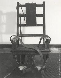 """Prawdziwe krzesło elektryczne. W eksperymencie Milgrama używano zwykłego krzesła z oparciami na ręce. Do prądu """"podłączone"""" były tylko nadgarstki ucznia."""