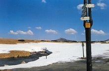 Topniejący śnieg przy schronisku Lucni Bouda