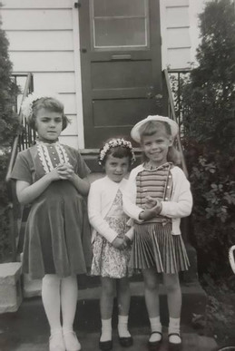 Марша(з правого боку) у дитинстві з друзями