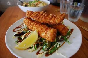 ryba smażona z surówką danie obiad