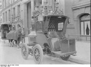 220px-Bundesarchiv_Bild_183-1990-1126-500,_Kraftdroschke
