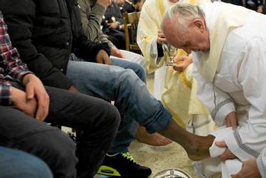 Papiez-Franciszek-podczas-obrzedu-obmycia-stop.jpg
