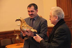 Президент Ингушетии Юнус-Бек Евкуров с гербом ингушей Гором