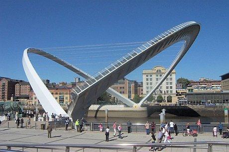 Gateshead_millenium_bridge_open.jpg