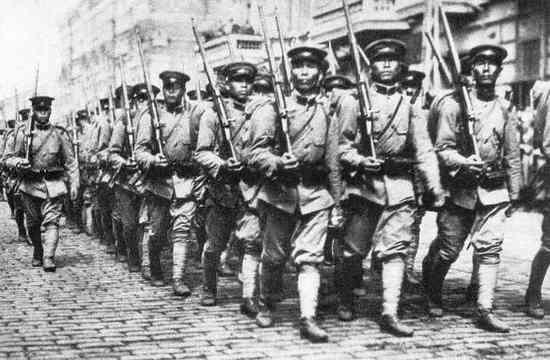 Na początku lat 20. XX wieku Japończycy mieli silną armię, jednak ich kryptolodzy zostawali daleko w tyle za innymi kolegami po fachu. Dlatego właśnie przyjechali szkolić się nad Wisłę. Na zdjęciu japońska piechota w Władywostoku podczas rosyjskiej wojny domowej. Fotografia wykonana w 1921 r.