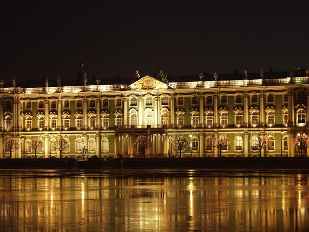 Ermitaż - budynek muzeum w Sankt Petersburgu nocą