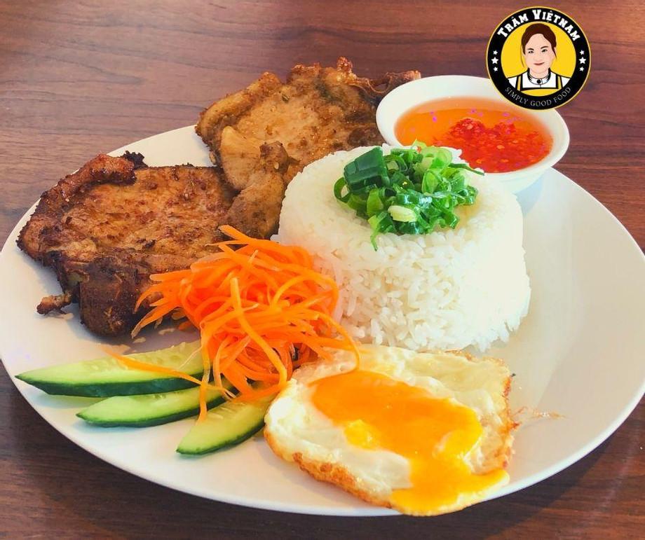 Vietnamese_Pork_Chop_and_Fried_Eggs_-_Restaurant.jpg